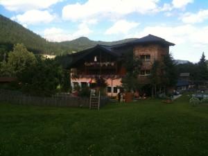 A szálloda, hátul a Dachstein